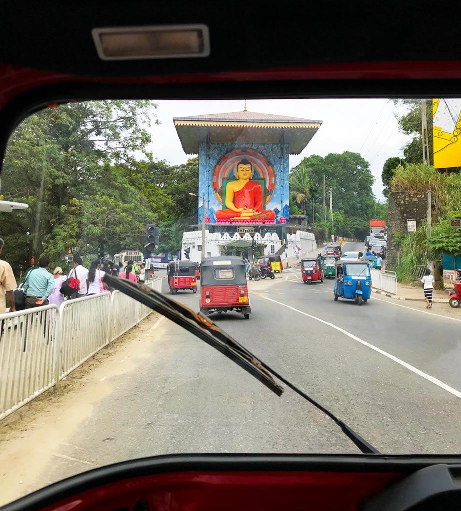 es seguro conducir un tuk tuk en Sri Lanka