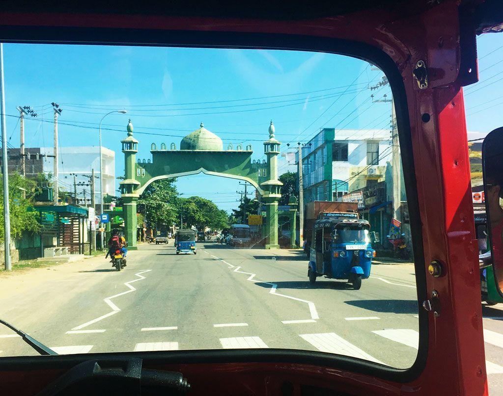 conducir por la izquierda en Sri Lanka
